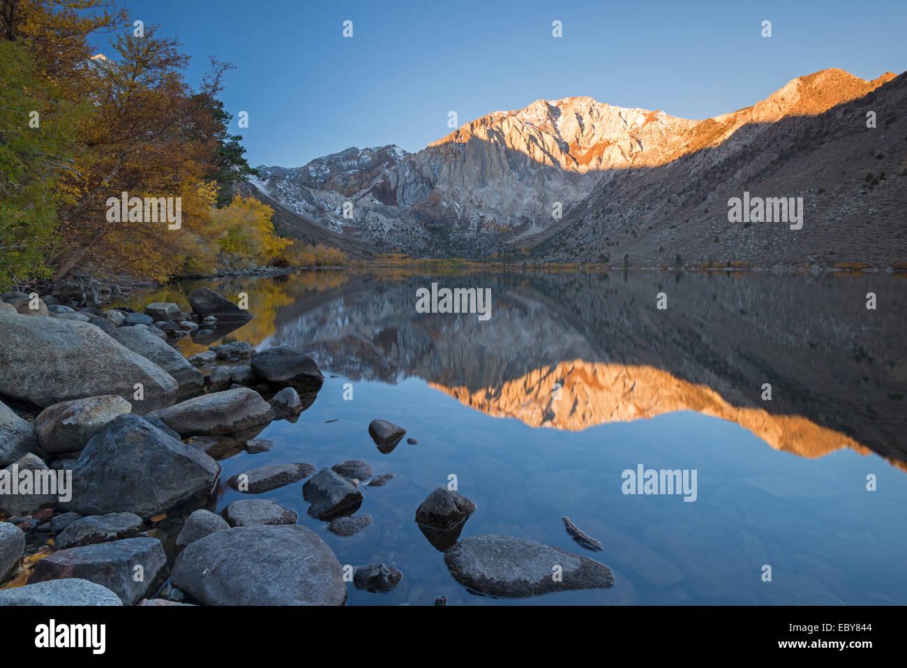 Colori autunnali intorno al lago trusty nella Sierra Orientale Montagne, California, USA. In autunno (ottobre) 2013. Immagini Stock