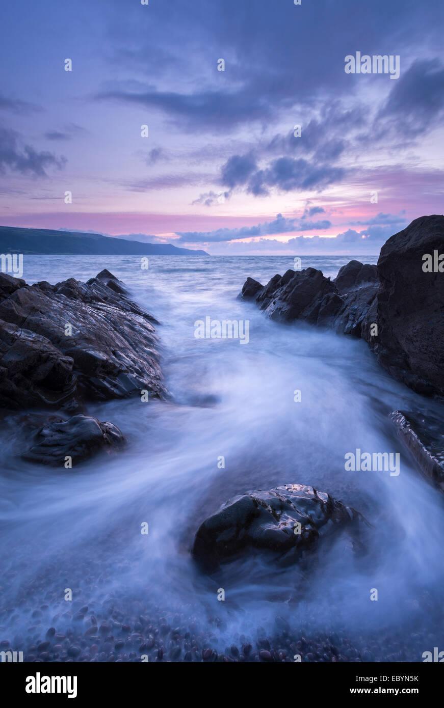 Twilight su Porlock Bay, Parco Nazionale di Exmoor, Somerset, Inghilterra. Estate (Agosto) 2014. Immagini Stock