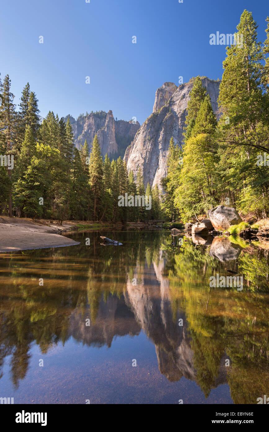 Cathedral Rocks riflessa nel fiume Merced, Yosemite Valley, California, Inghilterra. In autunno (ottobre) 2014. Immagini Stock