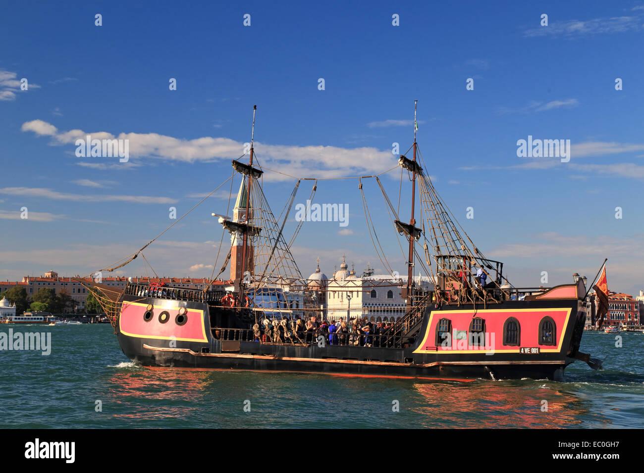 La nave pirata Jolly Roger - Il Galeone Veneziano / Galeone Veneziano, Venezia Immagini Stock