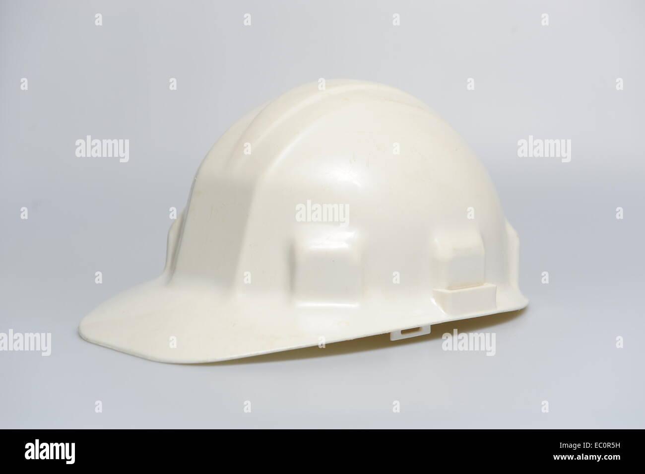 White elmetto casco su sfondo bianco in plastica del coperchio testata Immagini Stock