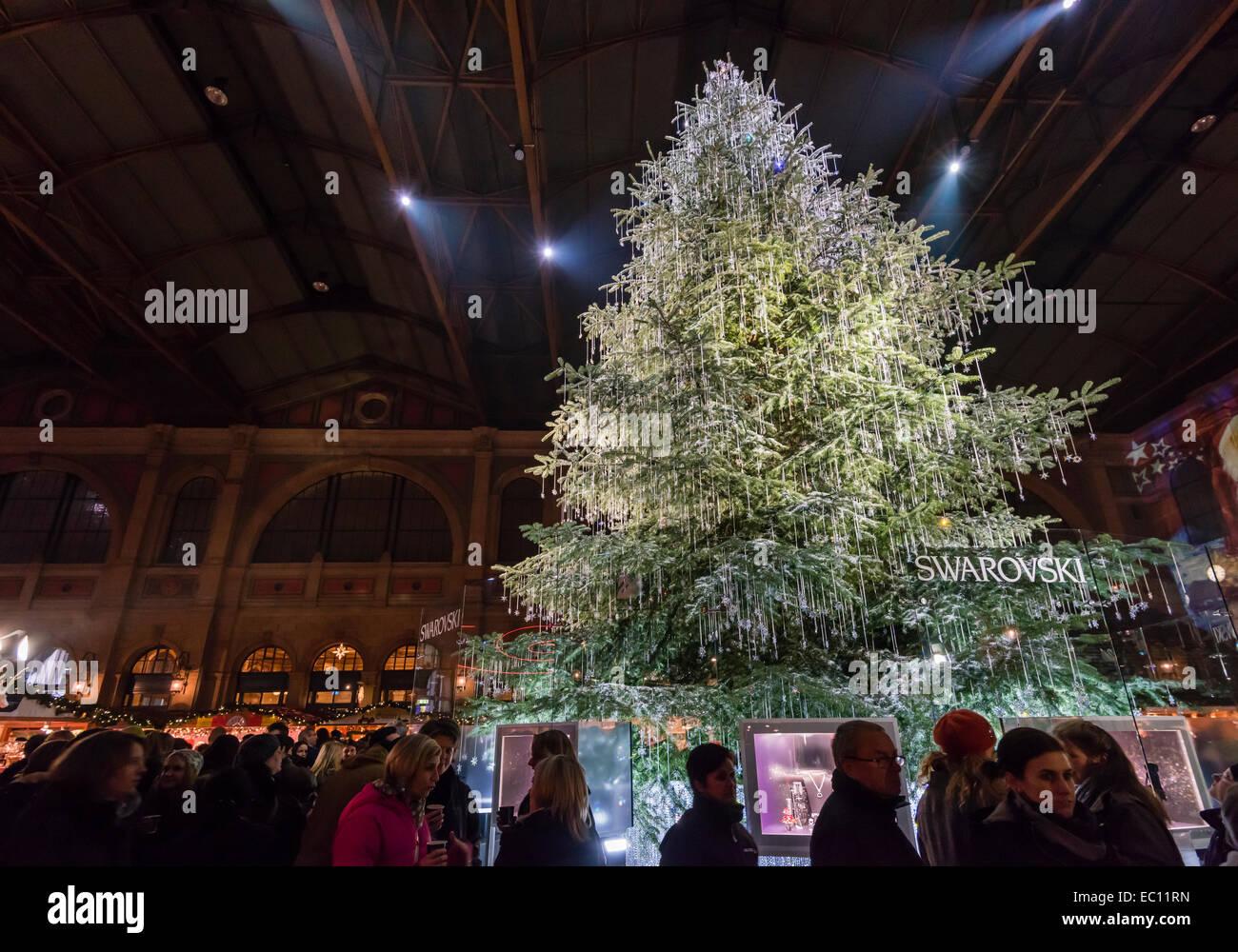 Albero Di Natale Zurigo.Un Gigantesco Albero Di Natale Drappeggiati Con Swarovski Gioielli Attrazione Principale Di Zurigo Mercatino Di Natale Dentro La Stazione Principale Di Zurigo Foto Stock Alamy