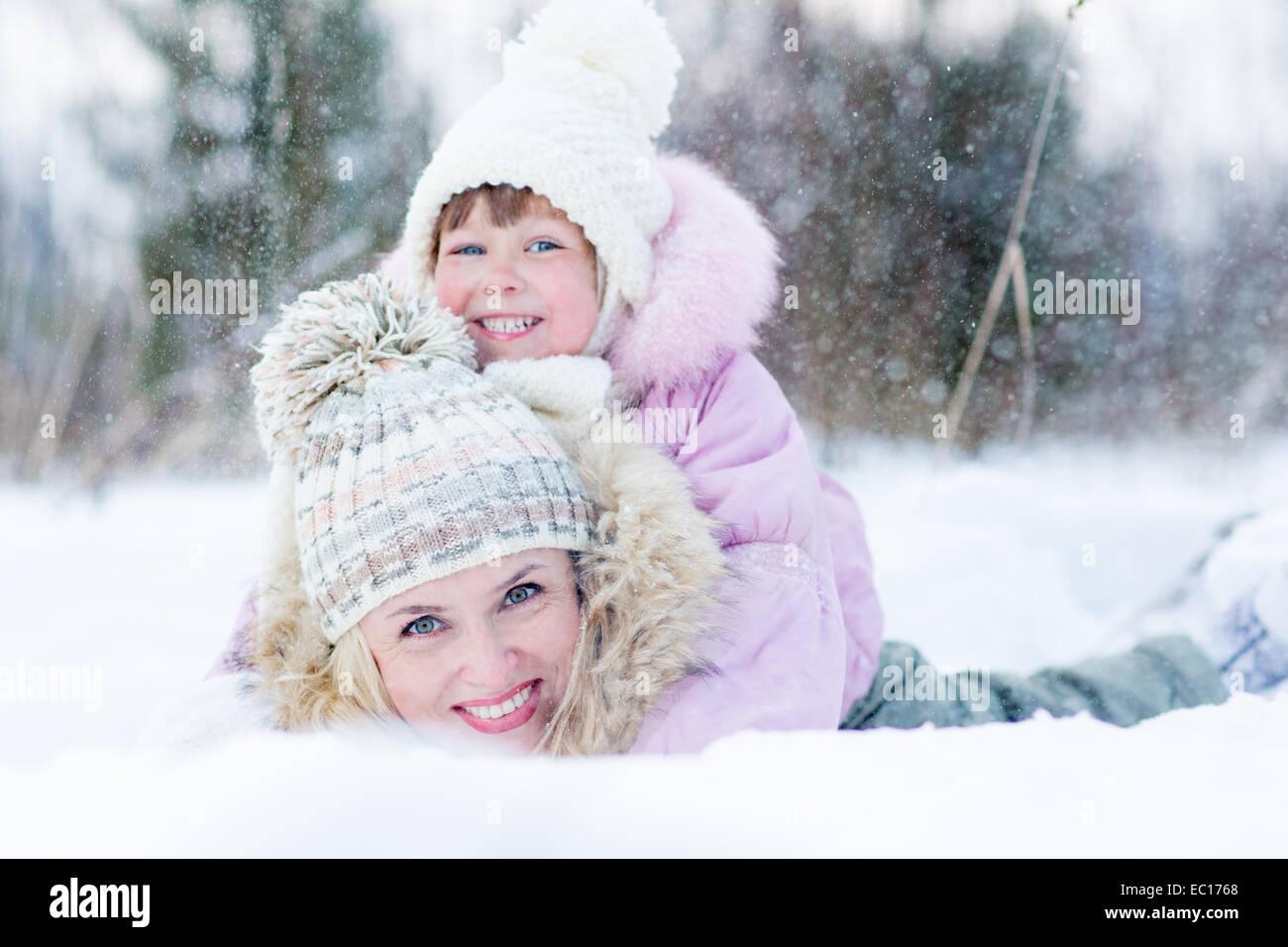 Felice genitore e bambino gioca con la neve in inverno per esterno Immagini Stock