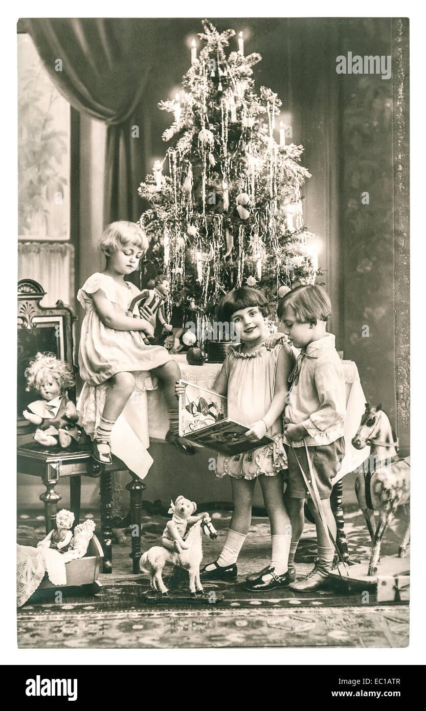 Antiche Immagini Di Natale.Felici I Bambini Con L Albero Di Natale Regali E Giocattoli
