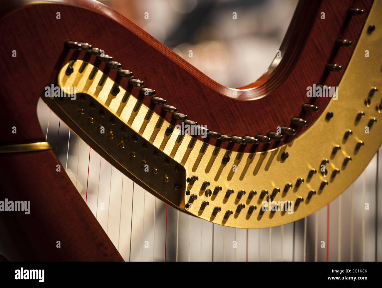 A forma di cuore ad arpa. Piroli di concerto moderna arpa, che mostra il meccanismo che solleva o abbassa il passo Immagini Stock