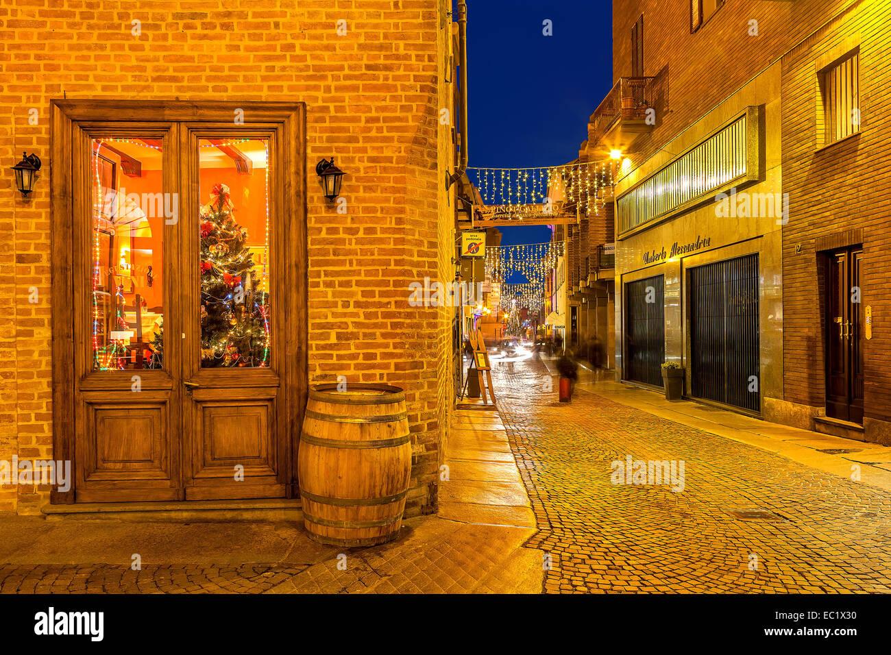Strada di Alba di notte. Immagini Stock