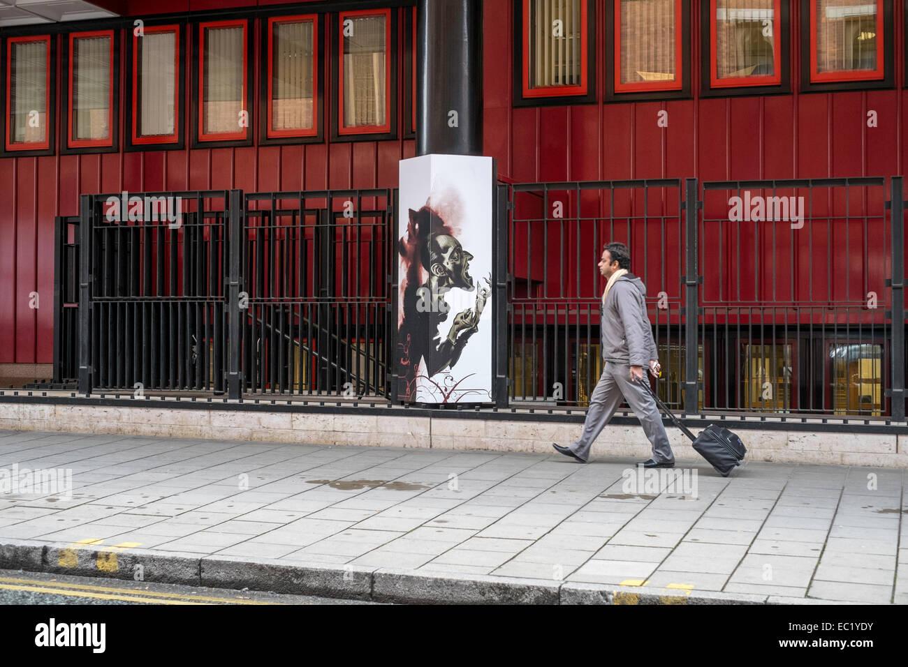 Regno Unito Londra Kings Cross marciapiede uomo a piedi Foto Stock