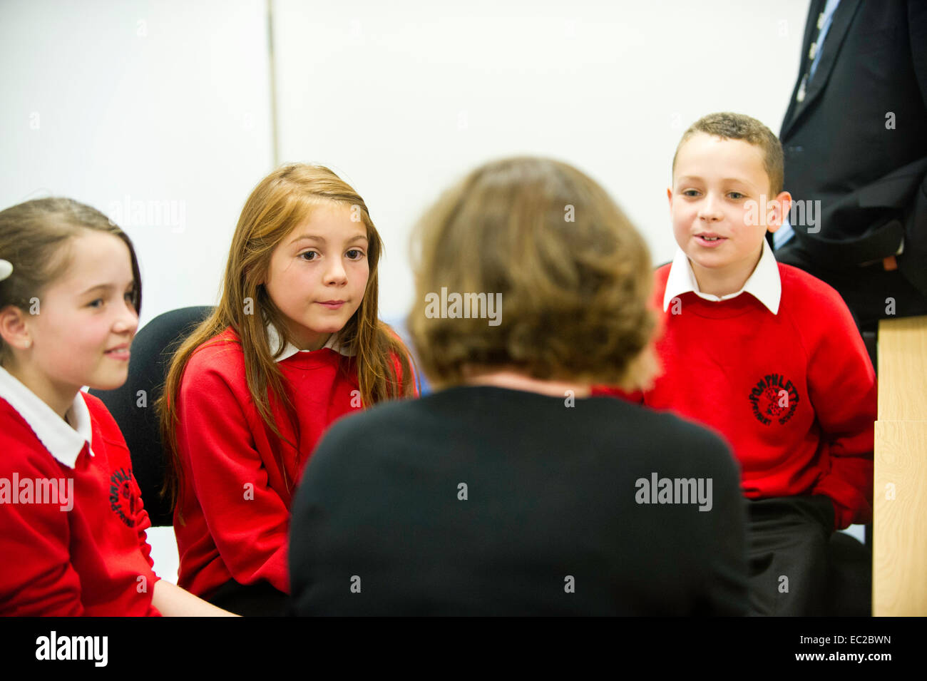 Un insegnante educare 3 bambini Immagini Stock