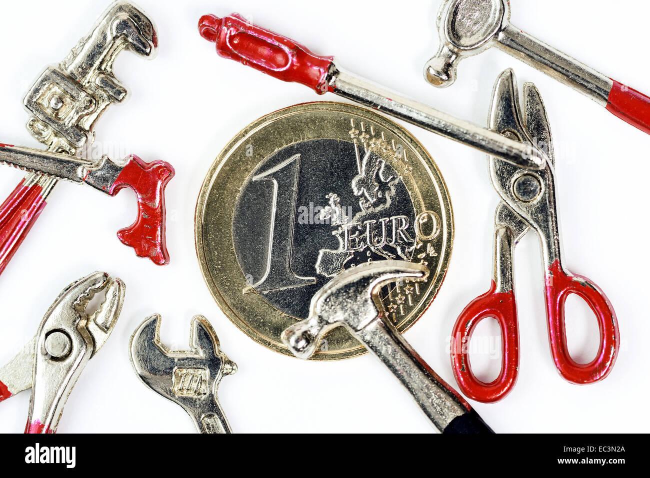 Un Euro monete e strumenti in miniatura, salario minimo Immagini Stock