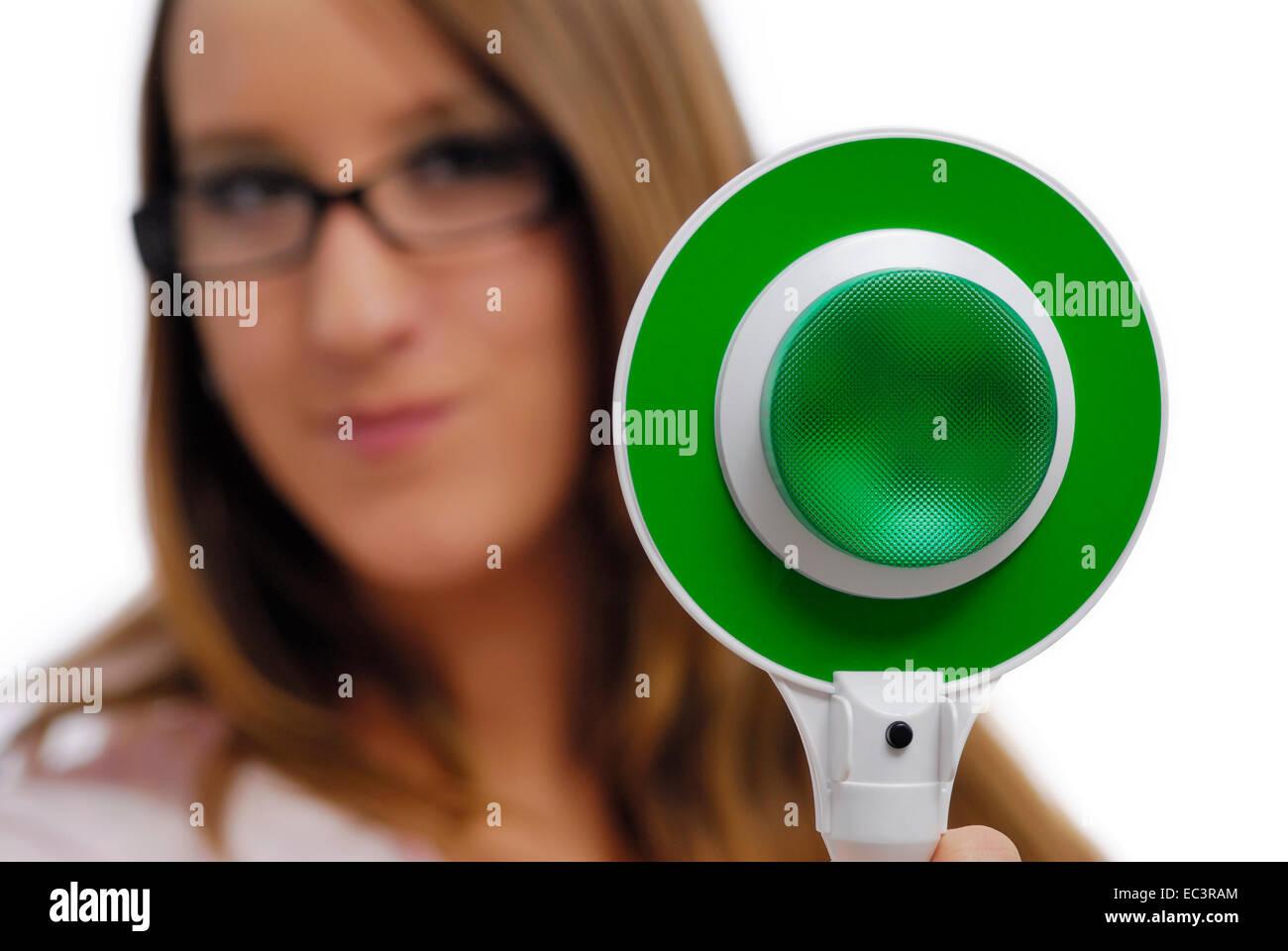 Donna che utilizza il segnale del palmare, la luce verde Immagini Stock