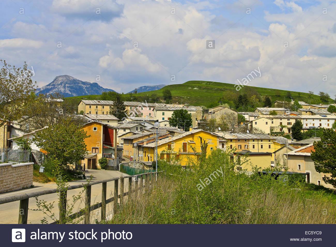 Case Di Montagna In Pietra : Case di pietra di montagna in un prato val di susa italia