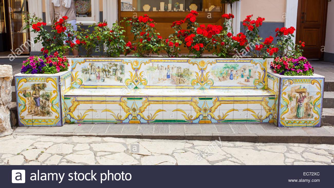 Banco di piastrelle in ceramica decorata con limoni e figure umane