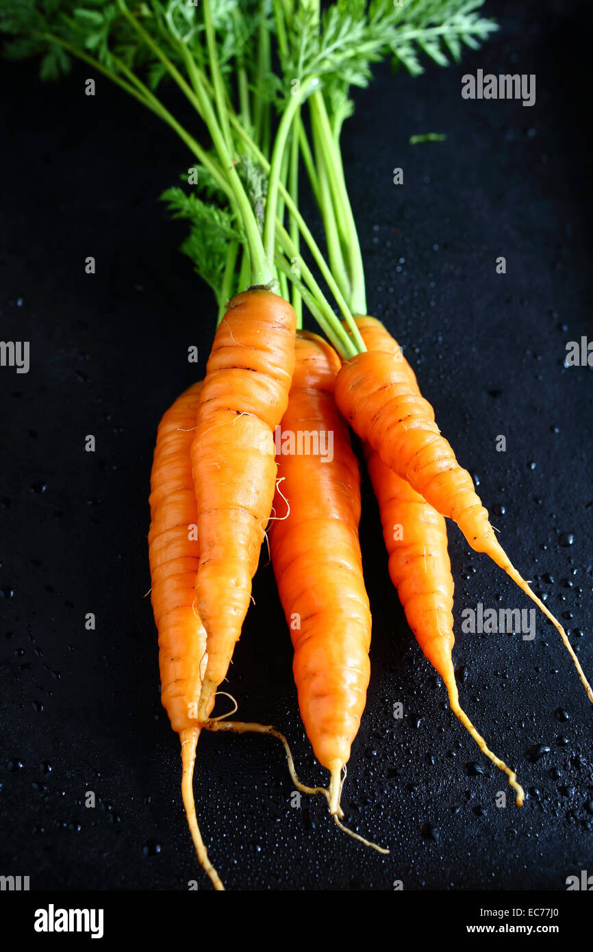Le carote su una teglia da forno, cibo Immagini Stock