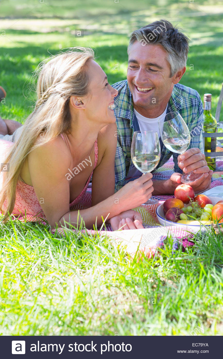 Giovane bere un vino avente un picnic Immagini Stock