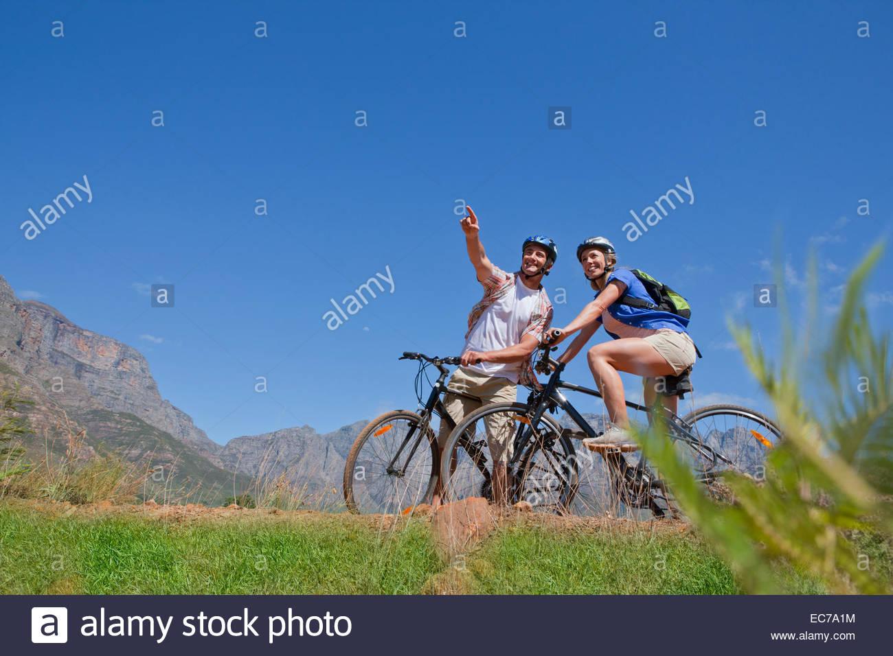 Matura in mountain bike in campagna Immagini Stock