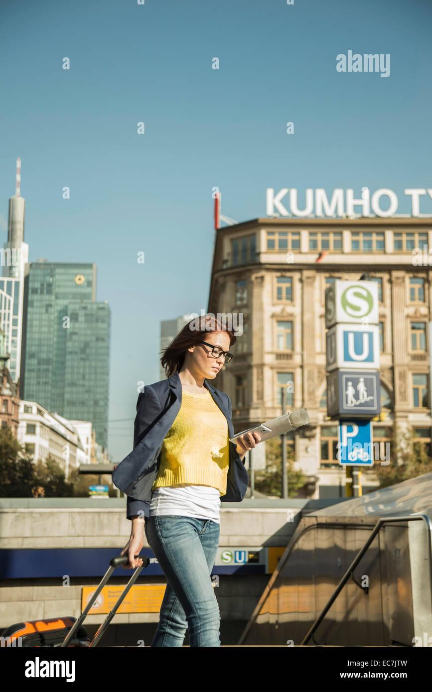 Germania, Francoforte, giovane imprenditrice in movimento nel centro della città Immagini Stock