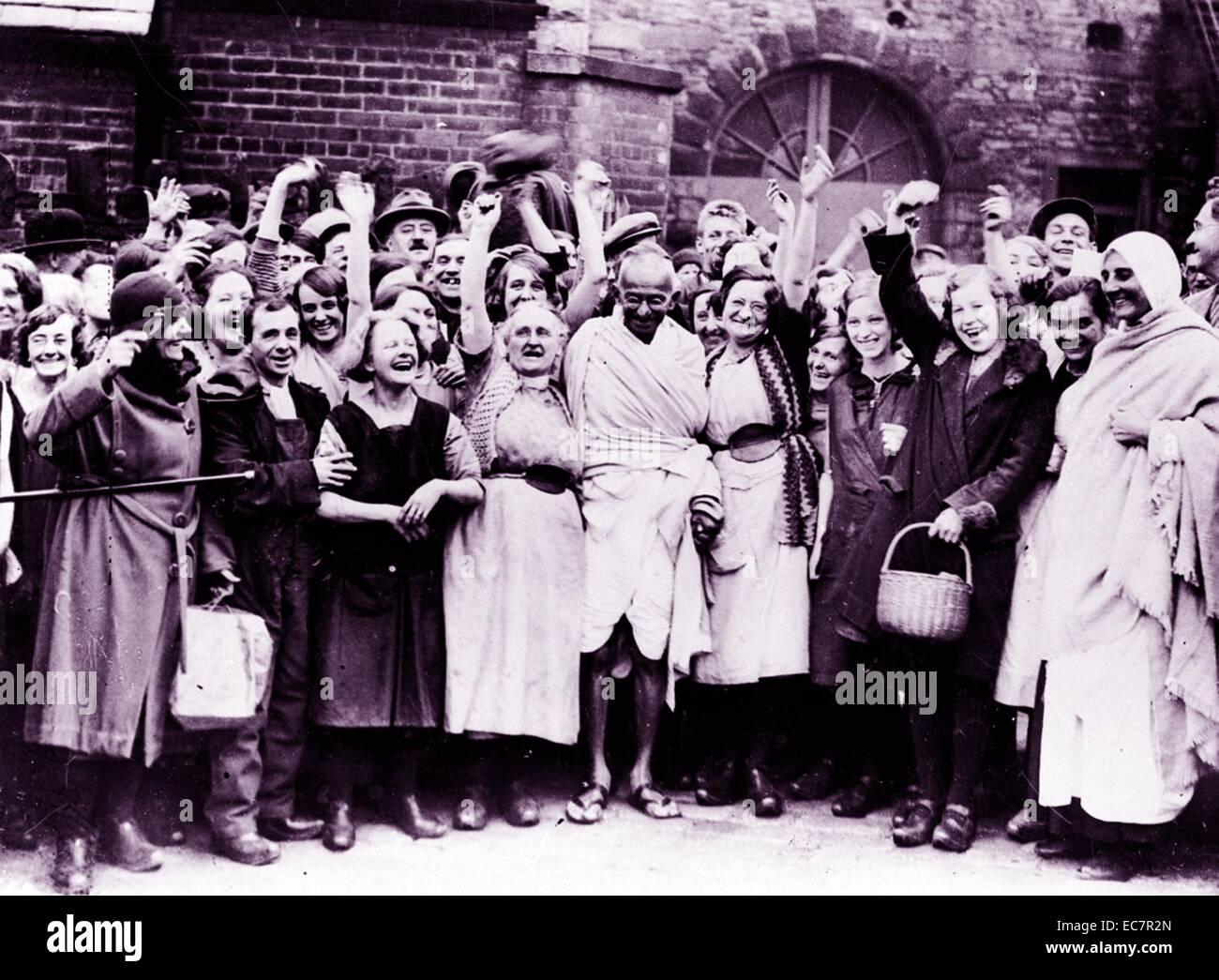 Fotografia del Mahatma Gandhi di essere accolti da un gruppo di donne lavoratori tessili durante una visita a Darwen Immagini Stock