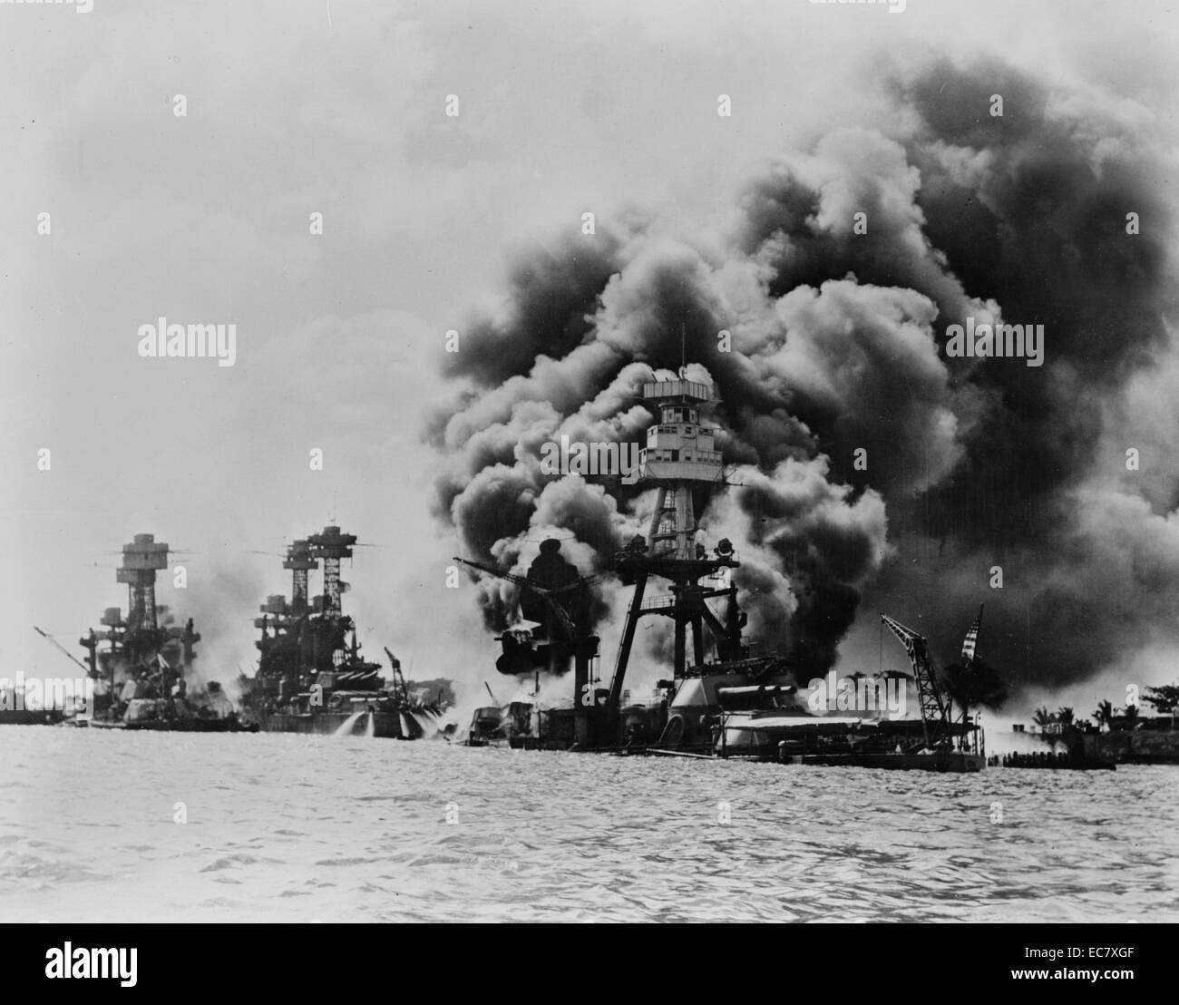 Tre Ci colpite corazzate da sinistra a destra in West Virginia; Tennessee; Arizona dopo l'attacco giapponese a Pearl Foto Stock