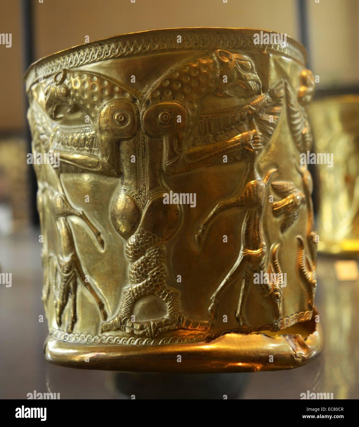 Xii secolo A.C. Cup adornata con due punte di ali di monster, mastering gazzelle. Di Babilonia Immagini Stock