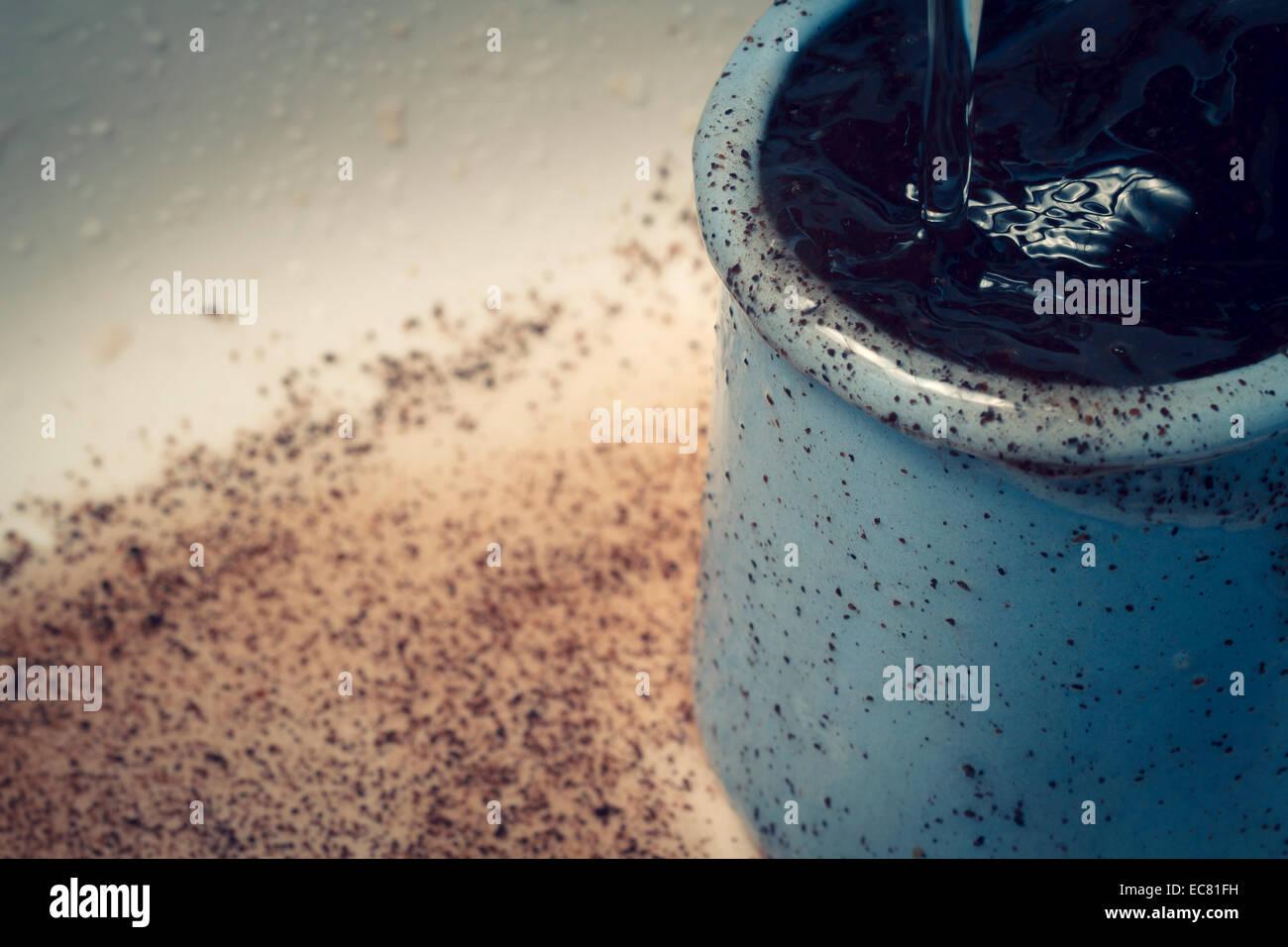 Contenitore a bicchiere pentola con motivi di caffè e acqua Immagini Stock