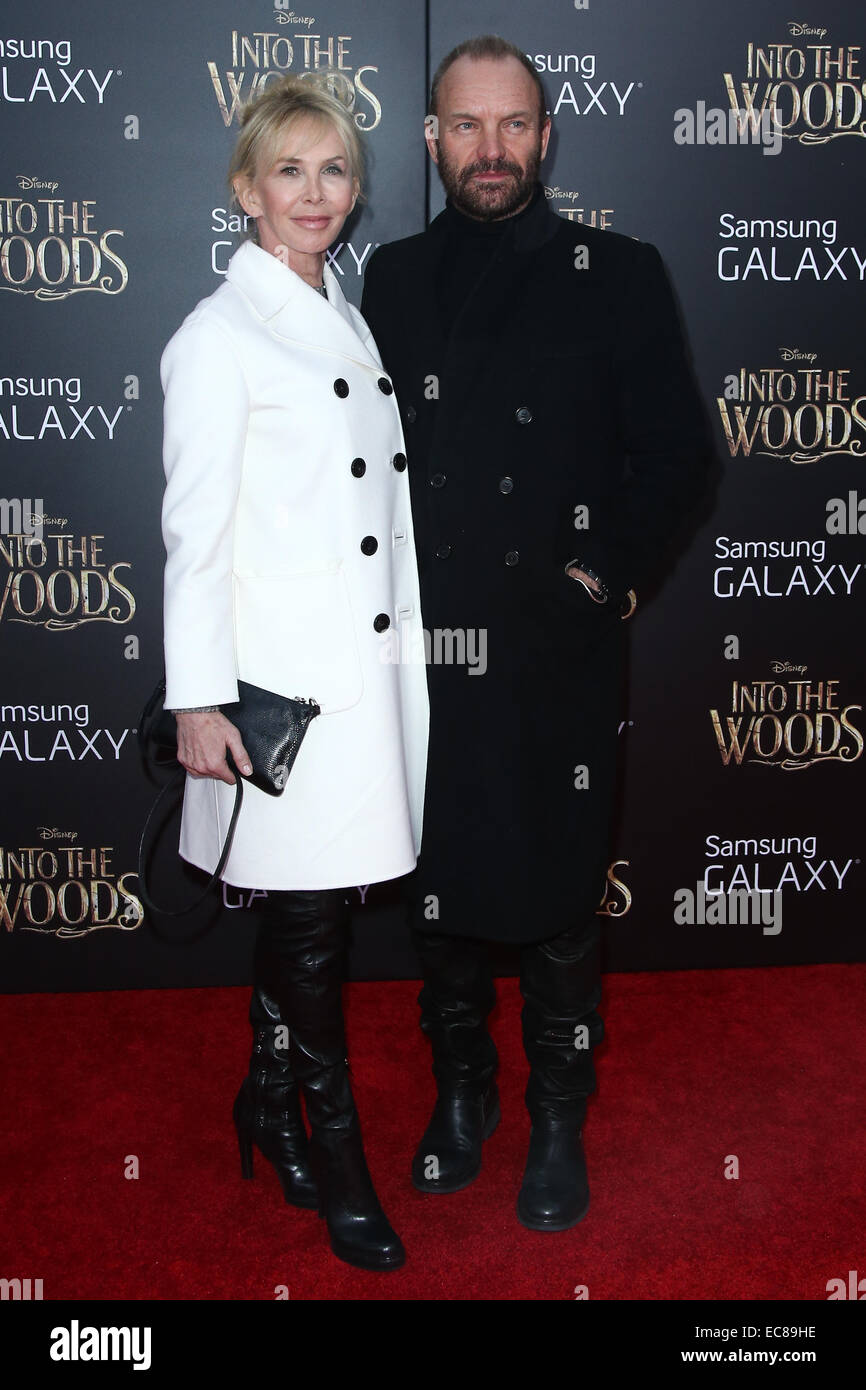 New York, Stati Uniti d'America. 8 dicembre, 2014. Il cantante Sting (R) e la moglie Trudie Styler frequentare il 'nel bosco' premiere al Teatro Ziegfeld su dicembre 8, 2014 a New York City. Credito: Debby Wong/Alamy Live News Foto Stock