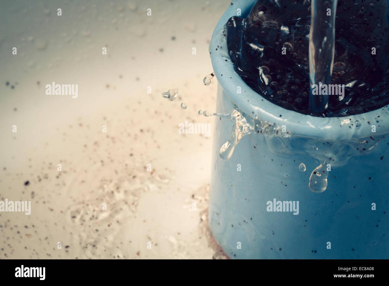 Contenitore a bicchiere pentola con motivi di caffè e movimento di acqua Immagini Stock