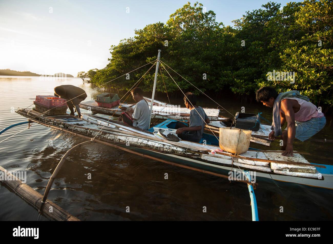 Pescatori che abbandonano la mattina presto Immagini Stock