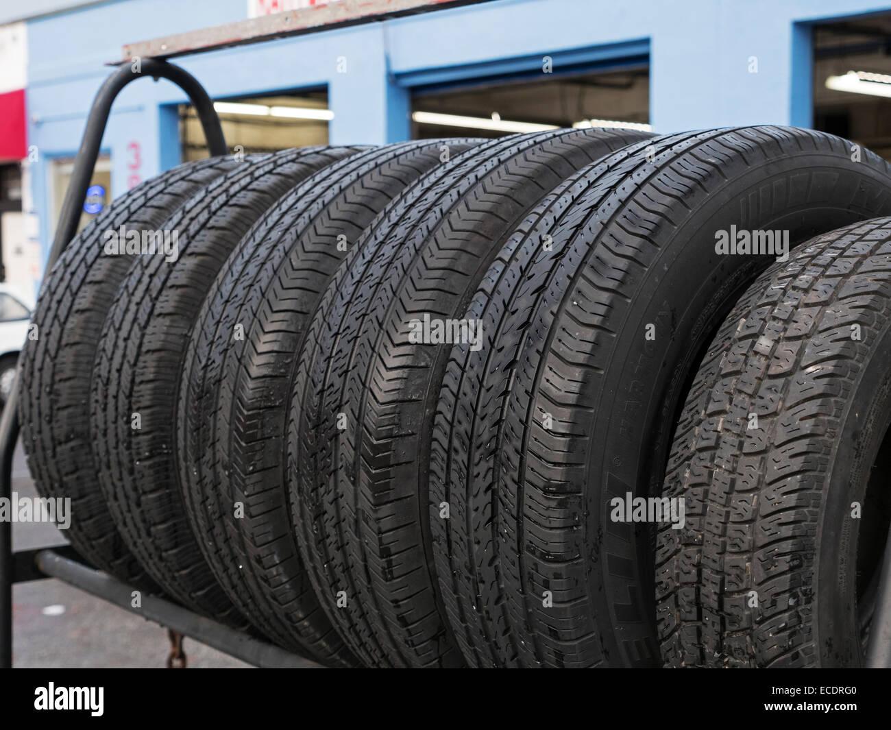 Una cremagliera di pneumatici per auto sul display in vendita. Immagini Stock