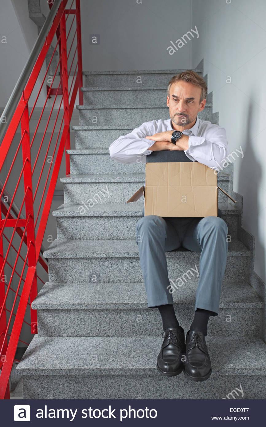 Imprenditore premuto solo disoccupati senza tetto Immagini Stock