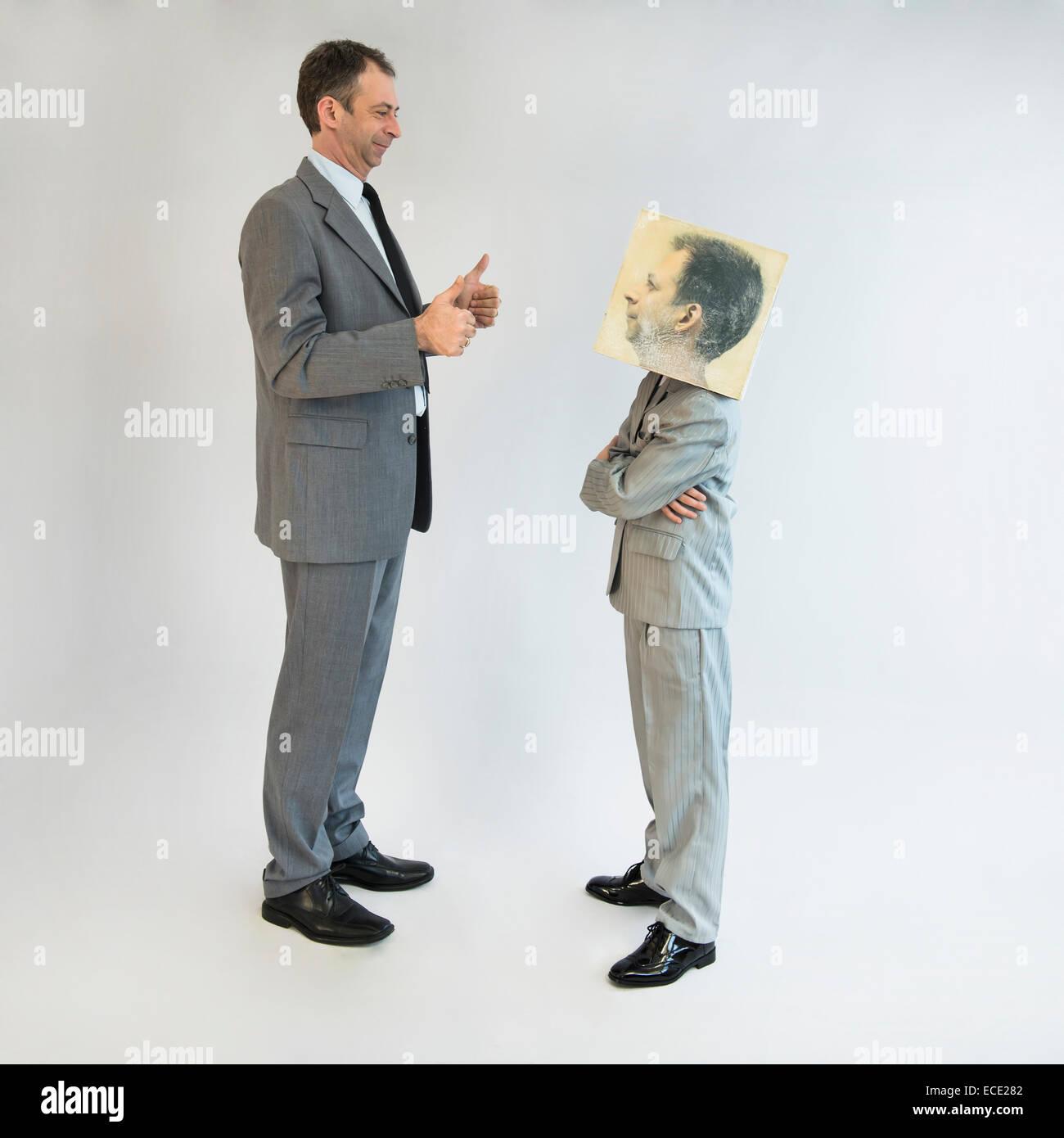 Uomo d'affari che mostra i pollici fino al ragazzo che indossa la maschera Immagini Stock