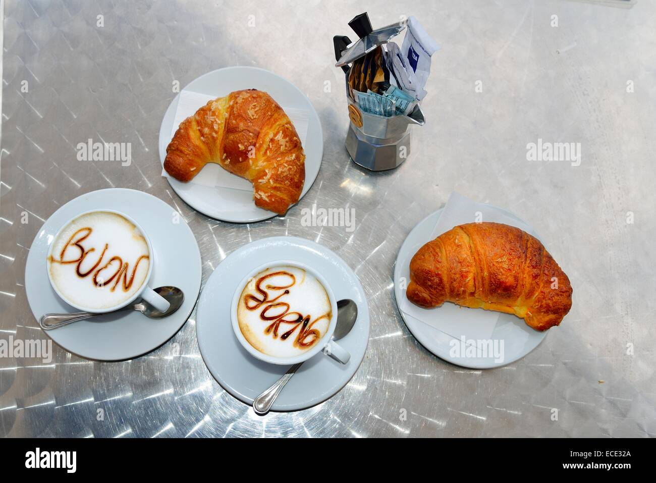 Due tazze di cappuccino, con la scrittura di Buon Giorno sulla schiuma di latte, due cornetti, Sardegna, Italia Immagini Stock