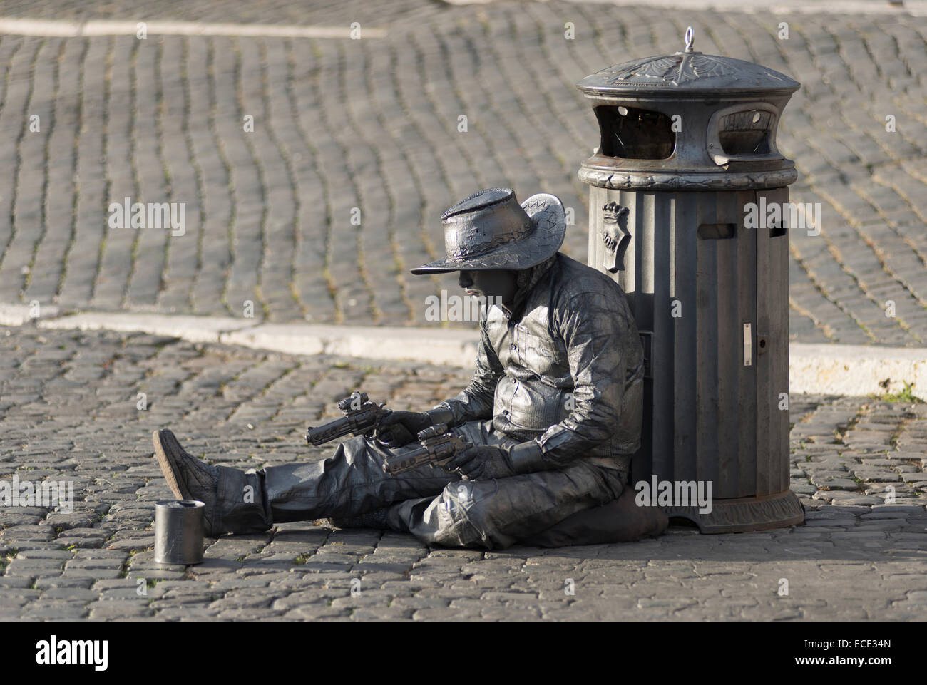 Cowboy, attore con pistole seduto sulla via della conciliazone, XIV rione Borgo, Roma, lazio, Italy Immagini Stock