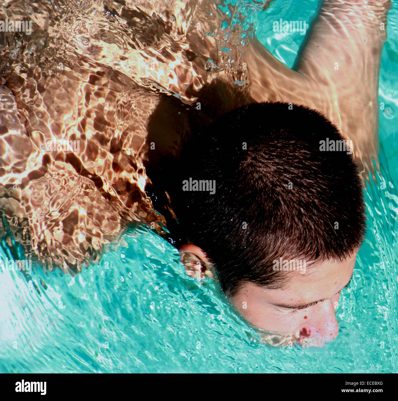 Angolo di alta vista di nuoto ragazzo adolescente Immagini Stock
