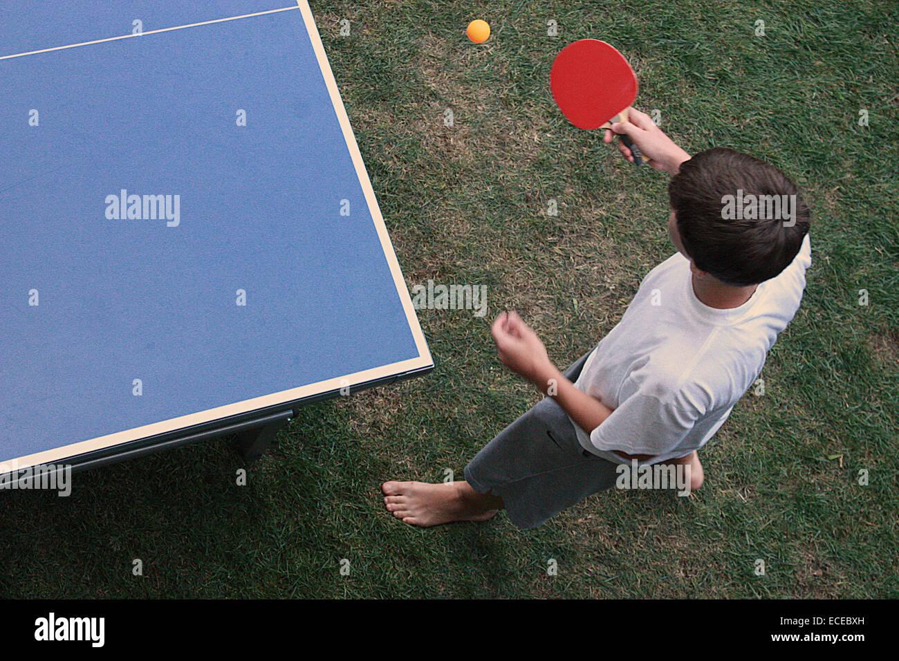 Vista in elevazione del ragazzo giocando a ping-pong Immagini Stock