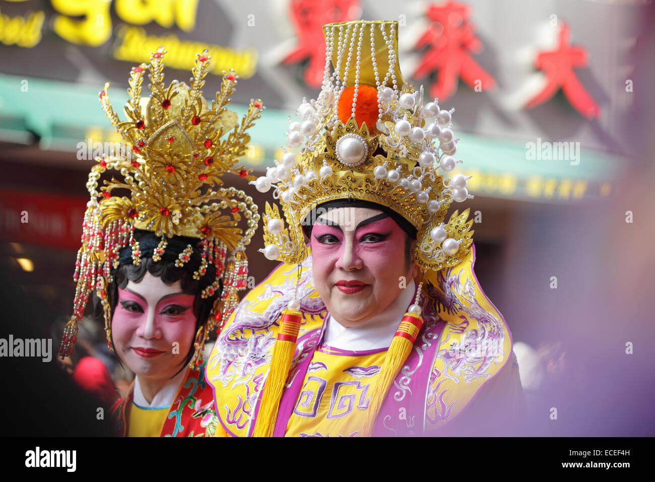 Gli attori cinesi in costume tradizionale prendere parte a un nuovo anno lunare di Chinatown parade Immagini Stock
