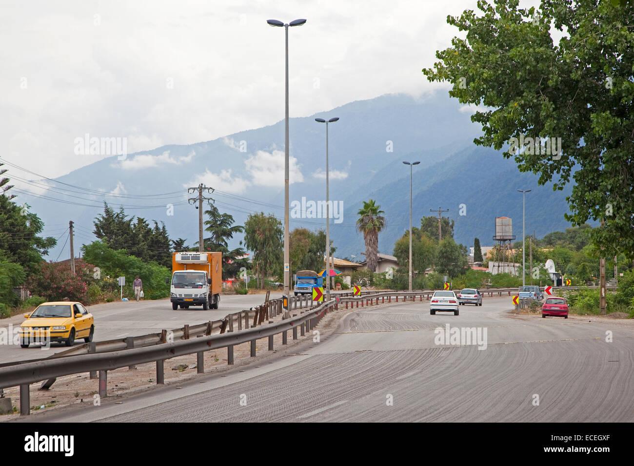 Cars driving sulla superstrada lungo il Mar Caspio in Iran Immagini Stock