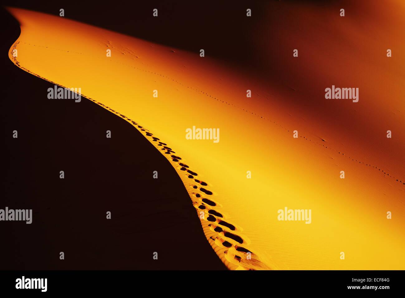Impronte sulla duna di sabbia, il Deserto del Sahara, Algeria Immagini Stock