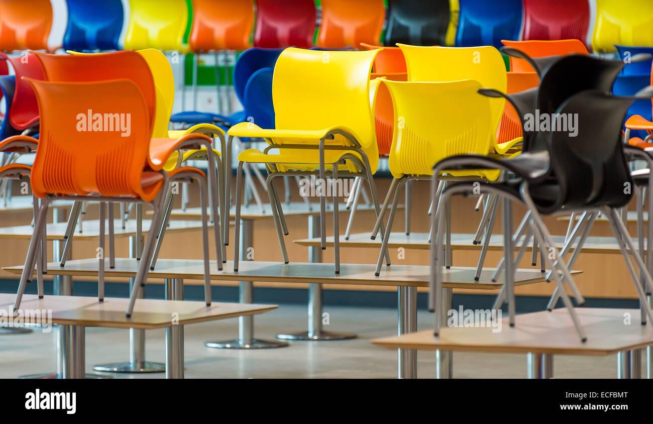 Tavoli In Plastica Colorati.Vivacemente Colorato In Plastica Sedie Mensa Seduti Sui