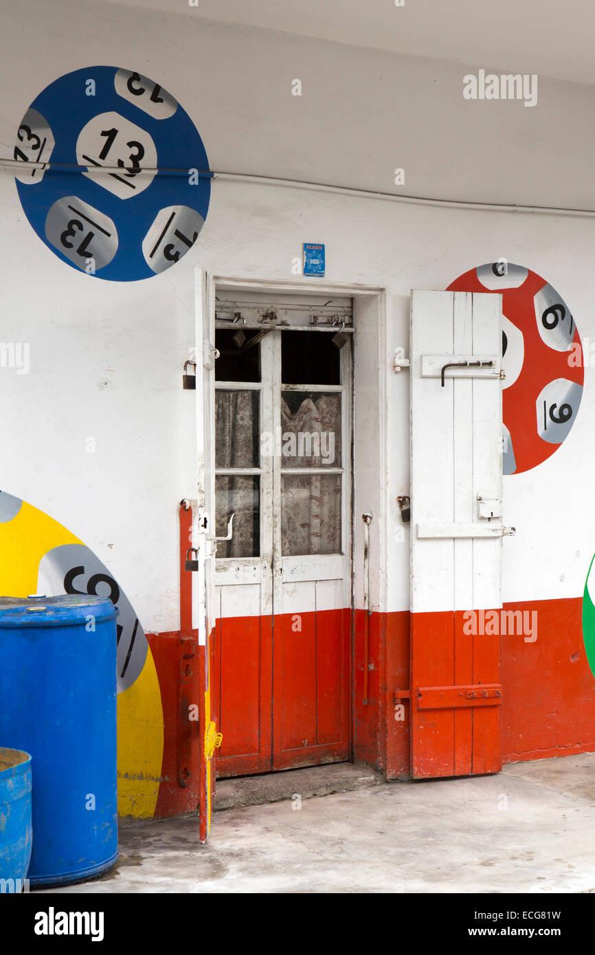 Maurizio, Mahebourg, centro città, porta di Lotto edificio decorato con sfere di lotteria Immagini Stock