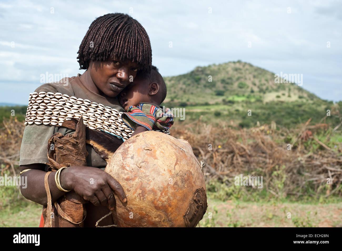 La madre e il bambino appartenenti alla tribù Banna ( Etiopia) Immagini Stock