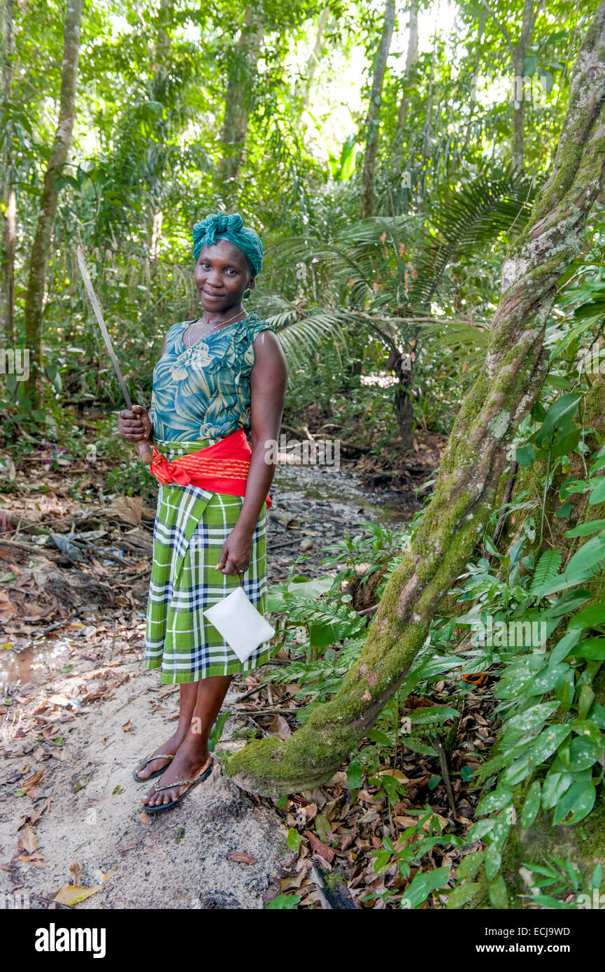 Rosita, una giovane signora Maroon dal villaggio di Goejaba, nella foresta pluviale con machete e frizione per telefono Immagini Stock