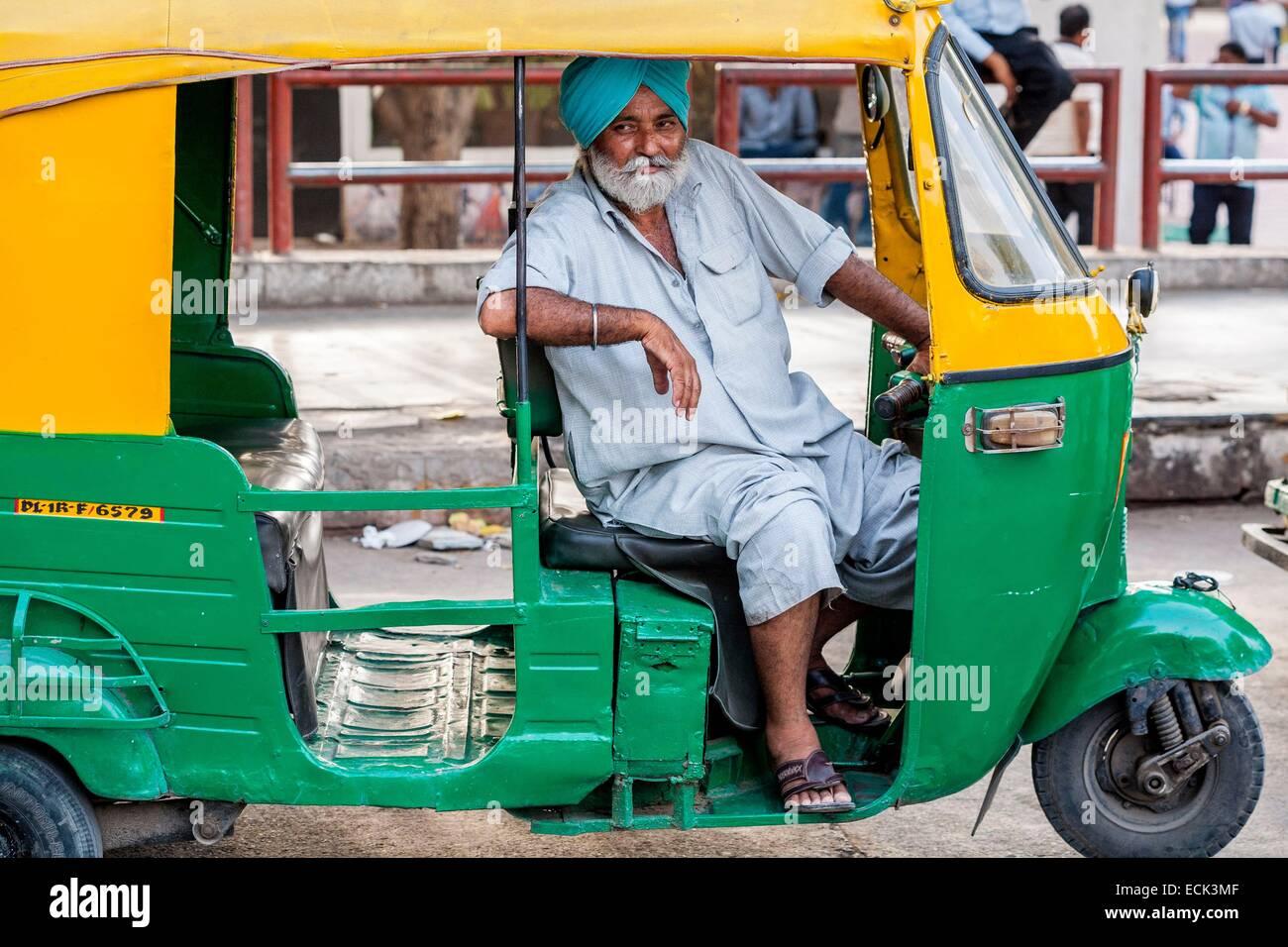India, Nuova Delhi, Connaught Place, risciò motorizzati conducente Immagini Stock