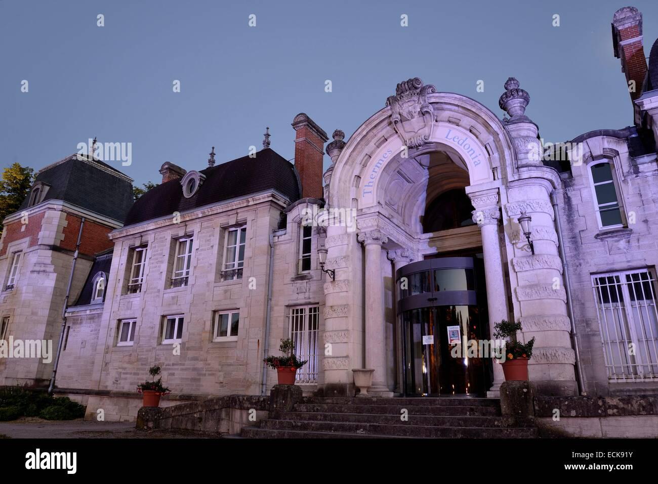 Francia, Giura, Lons le saunier, Edward Guenon i giardini del centro termale, terme Ledonia datata del XIX secolo Foto Stock
