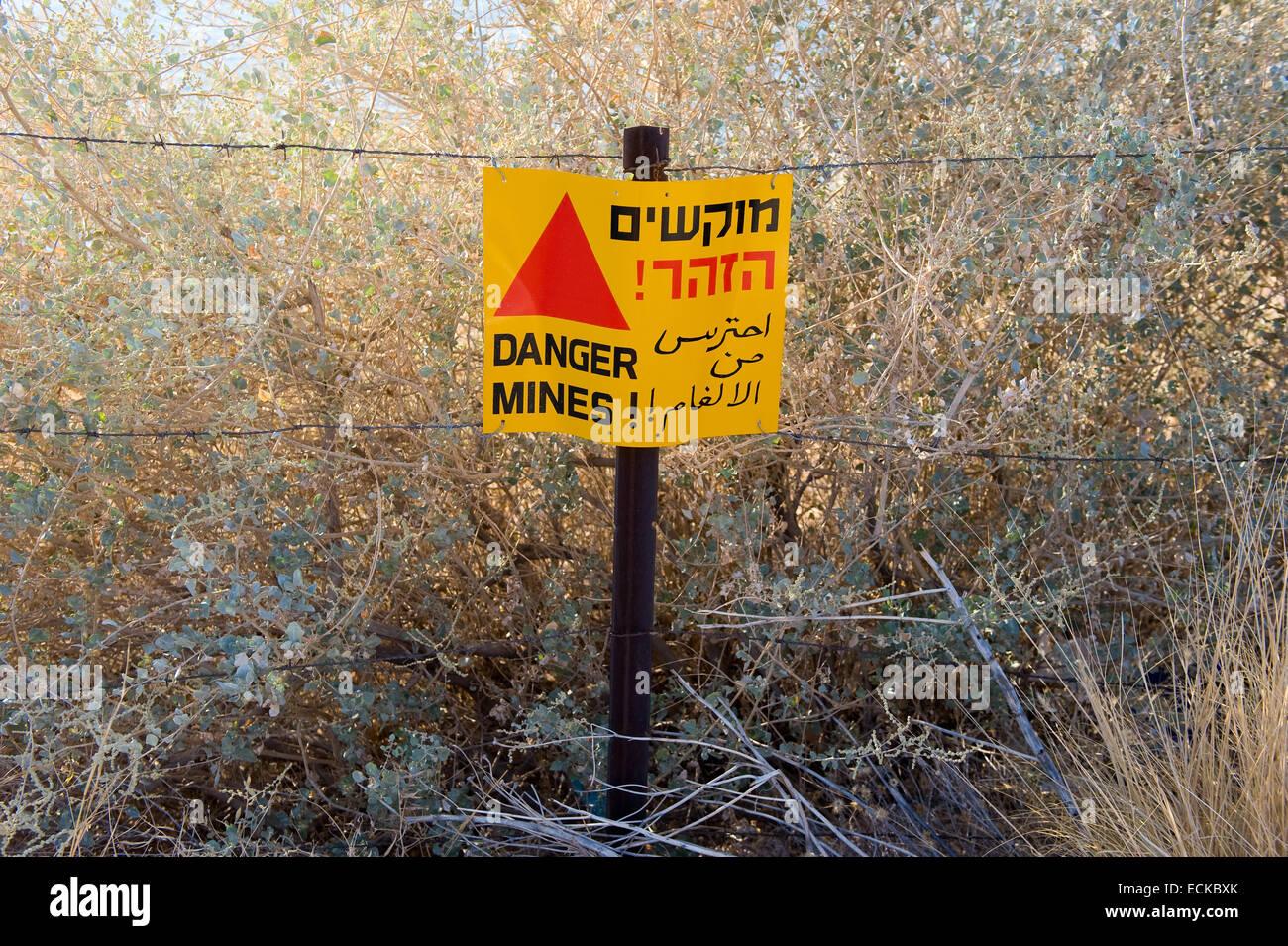 """Un cartello di avviso con 'Drabbia mine"""" scritto su di esso in un campo minato sulle alture del Golan in Israele Foto Stock"""
