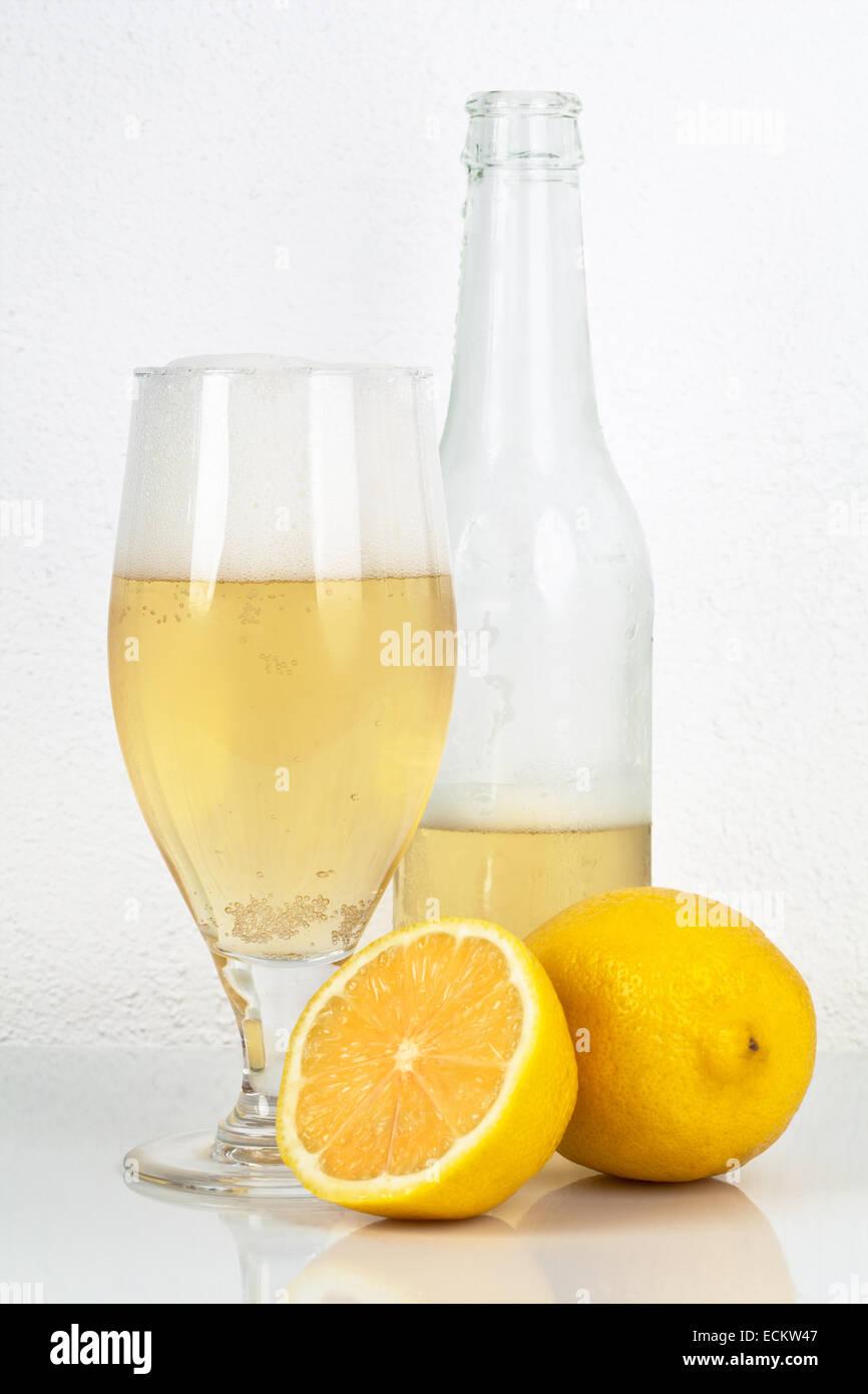 La birra con sapore di limone con percorso di lavoro. Immagini Stock
