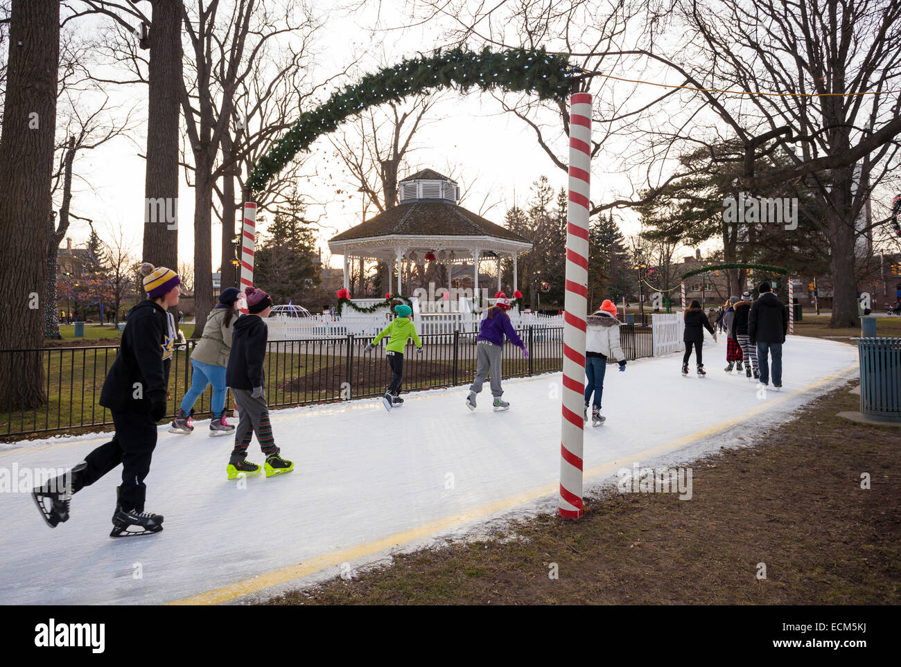 Persone il pattinaggio su ghiaccio in Gage Park nel centro cittadino di Brampton, Ontario, Canada. Immagini Stock