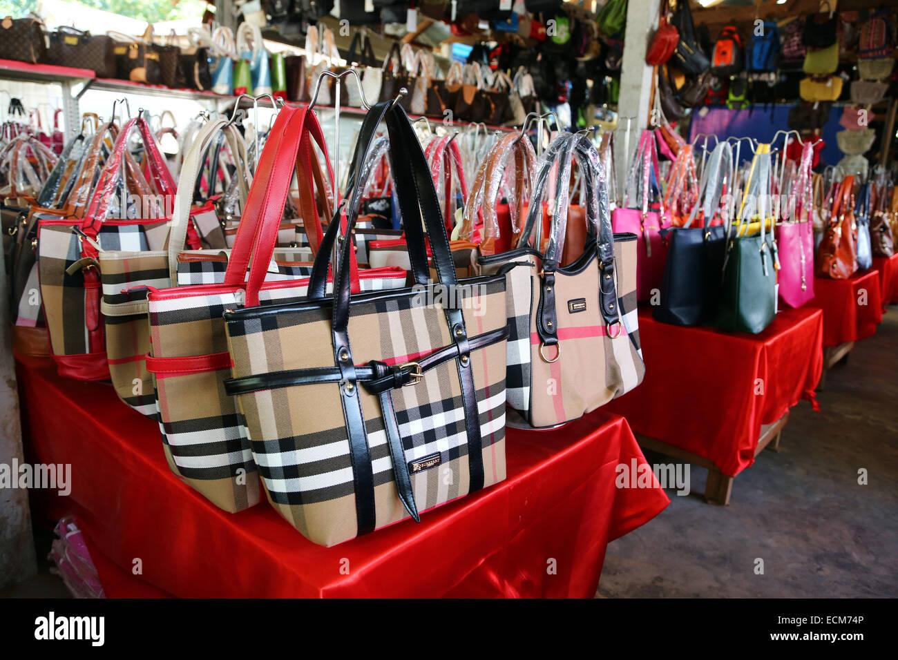 a50ad06bbd Fake designer borse e prodotti di marca in Donsao Island village in Laos a  Triangolo Dorato