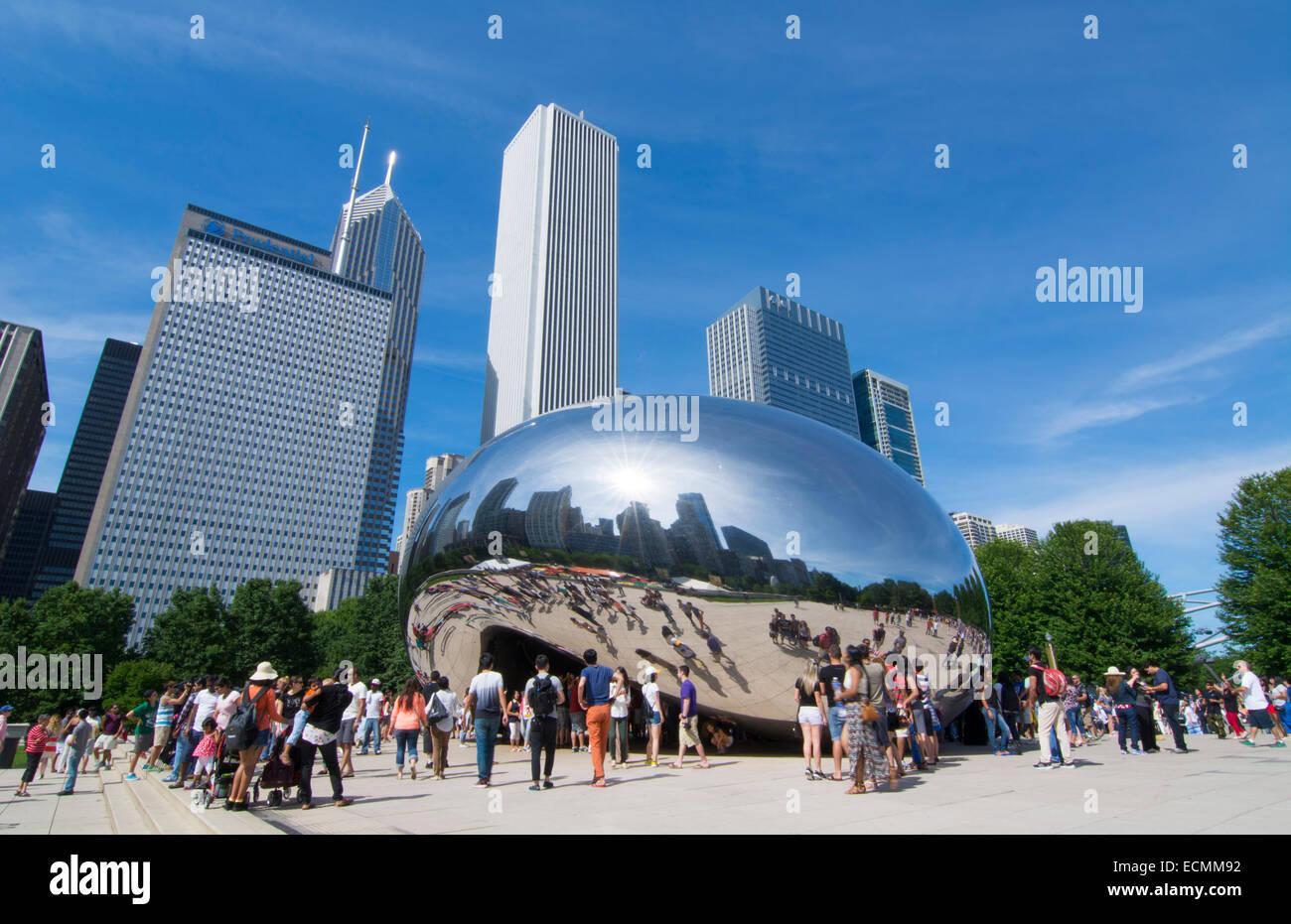 Chicago in Illinois il Millennium Park con il famoso Cloud Gate sculpture chiamato Bean con skyline di grattacieli Immagini Stock