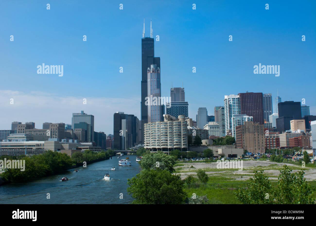 Chicago Illinois skyline dal sud del fiume Chicago ramo con la Sears Tower o Willis Tower nel retro con grattacieli Immagini Stock