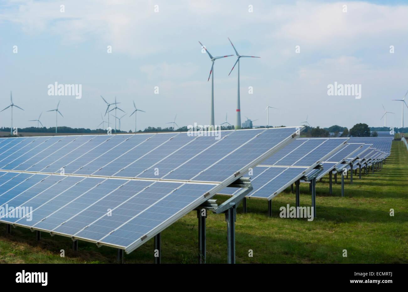 Germania energia eolica turbine e pannelli solari ecologia in campo vicino ad Amburgo il verde Immagini Stock